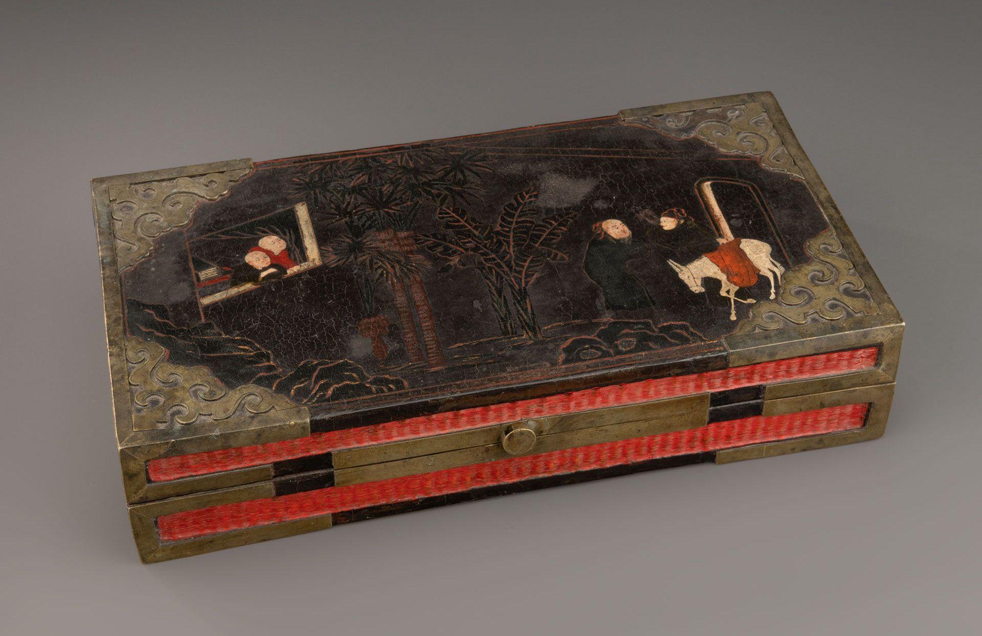 Boîte rectangulaire (Changfang He) ornée de figures dans un paysage, fin 17e – début 18e s., laque sur bois et fibres végétales, alliage cuivreux, 7,2 x 34,8 x 20 cm. Prêts de l'International Friends of the MMFA grâce à la générosité de Kenneth Greenstein