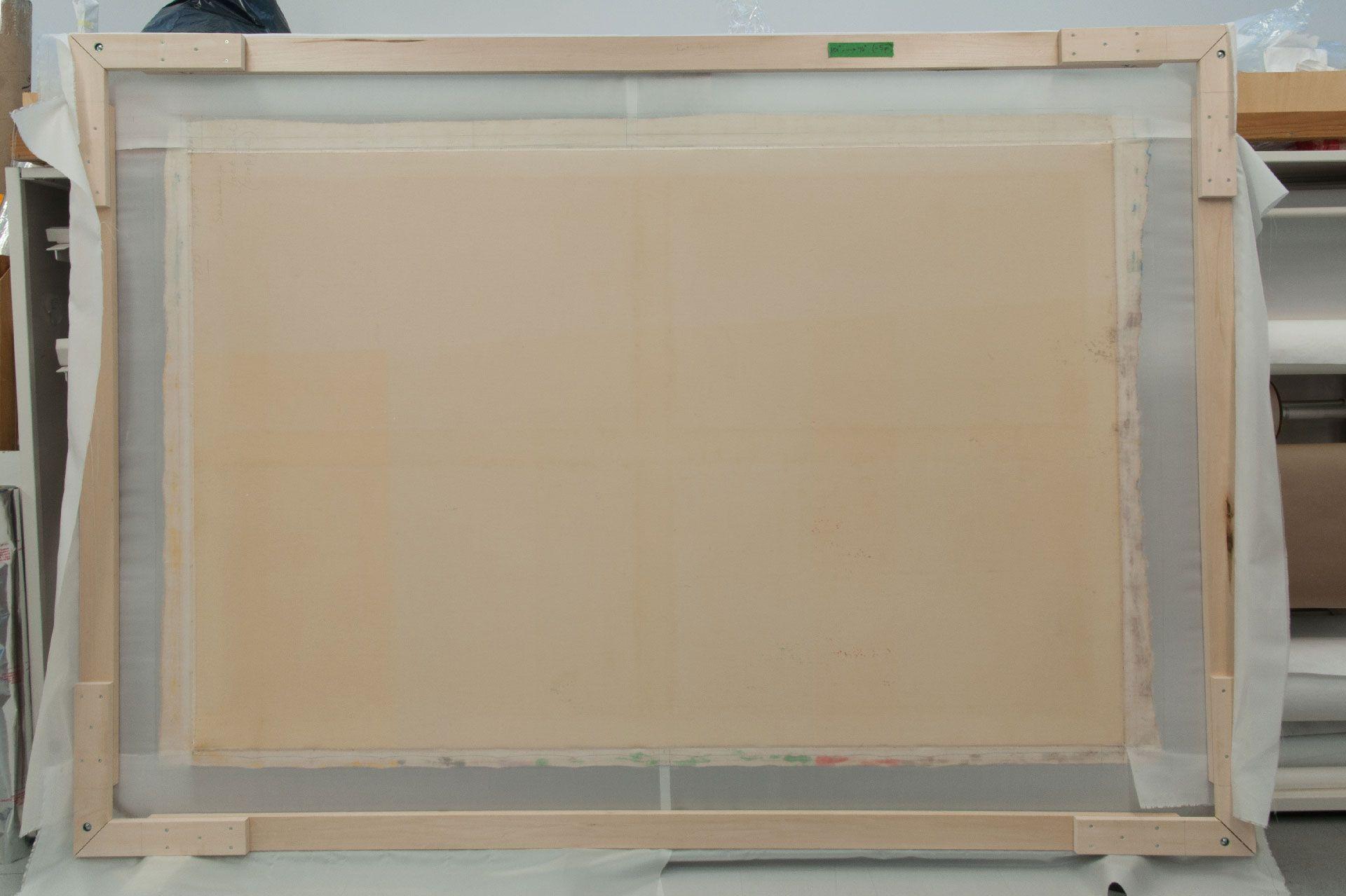 Après avoir démonté la toile de son châssis et aplani ses marges extérieures, on a collé des bandes de tissu en polyester aux bords pour que le tableau puisse être tendu sur un châssis de travail.