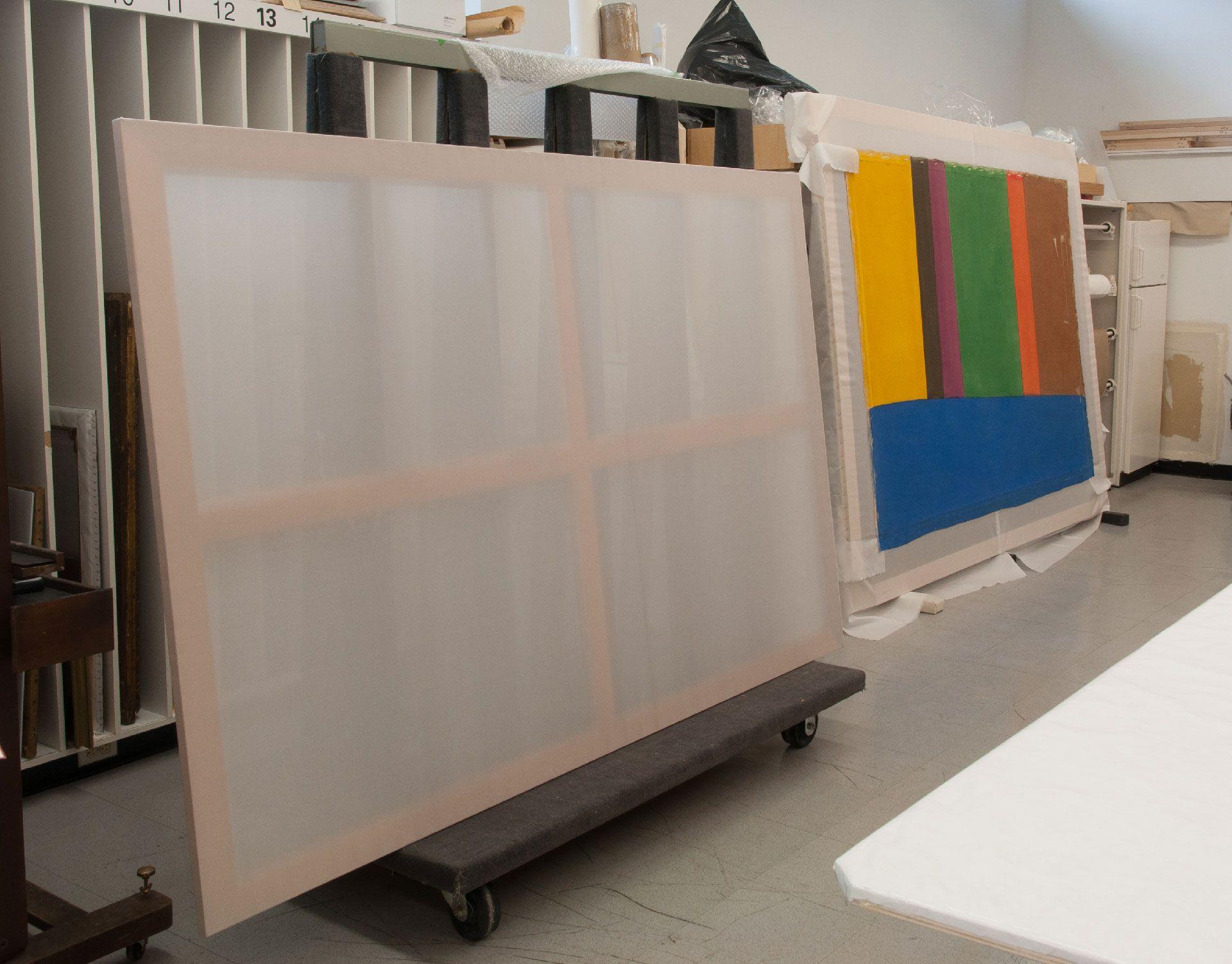 Avant de retendre le tableau aplani (à droite), on a nettoyé et restauré le châssis original (à gauche). Ce dernier a été recouvert d'une toile de polyester (« entoilage à sec ») pour offrir un support accru au tableau.