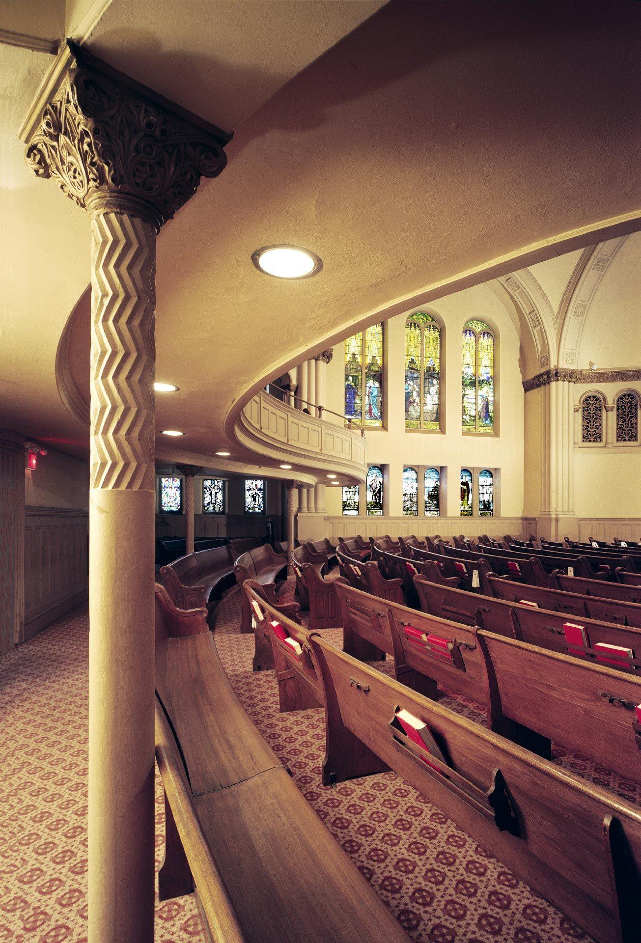 Photo de l'intérieur de l'ancienne église Erskine and American, vue des anciens bancs