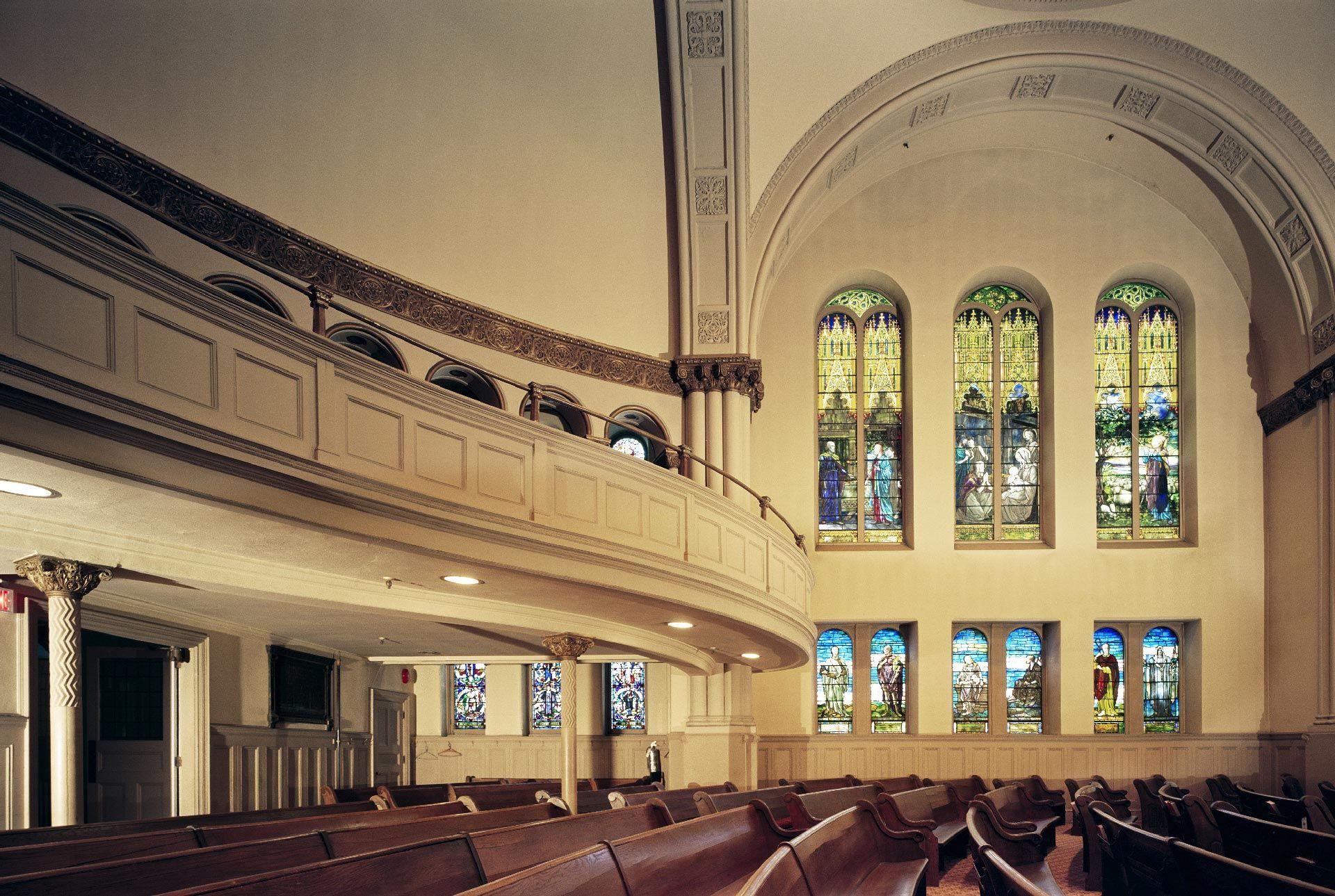 Photo de l'intérieur de l'ancienne église Erskine and American, vue de profil