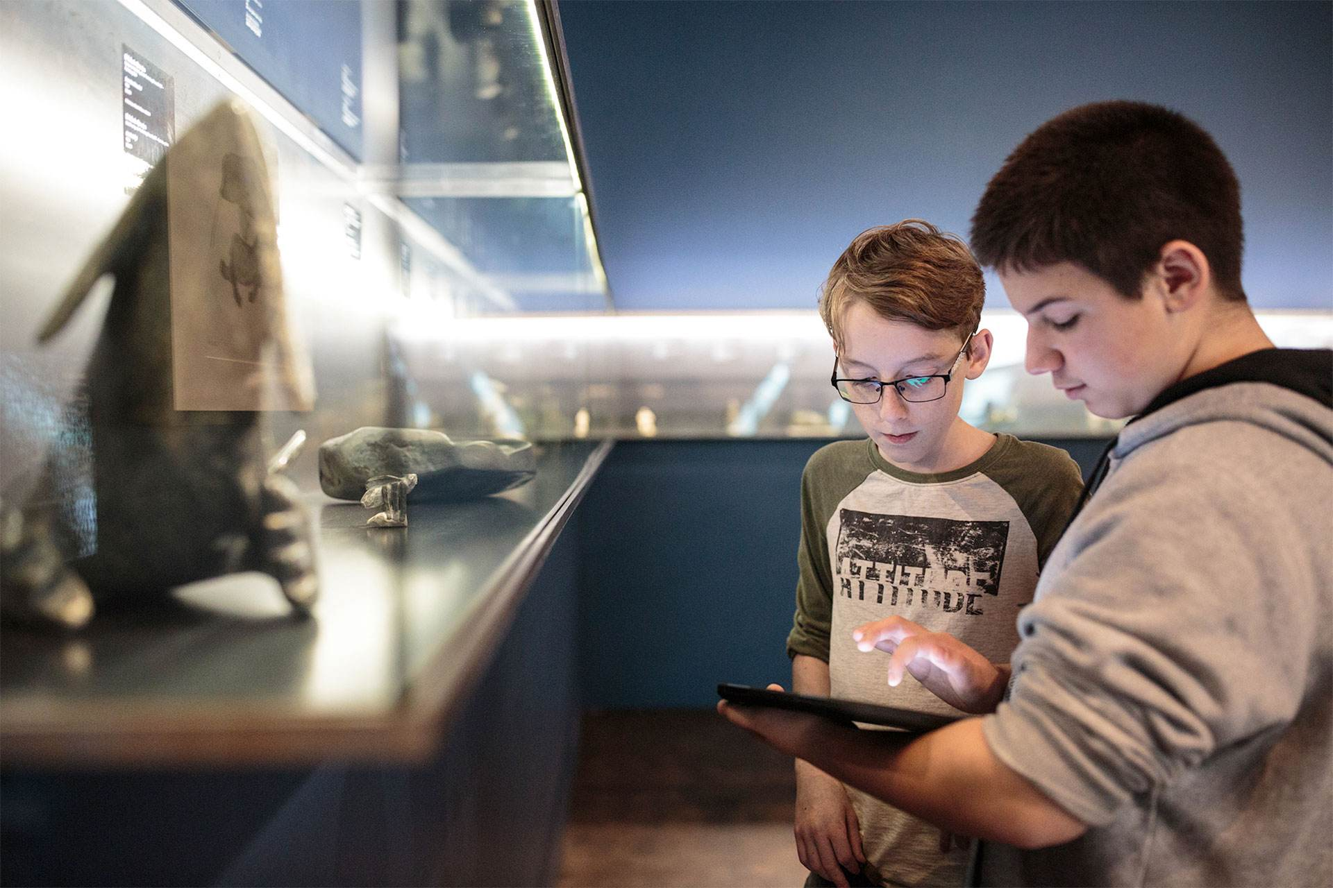 Photo of youths using the Quelle Histoire application in the museum.