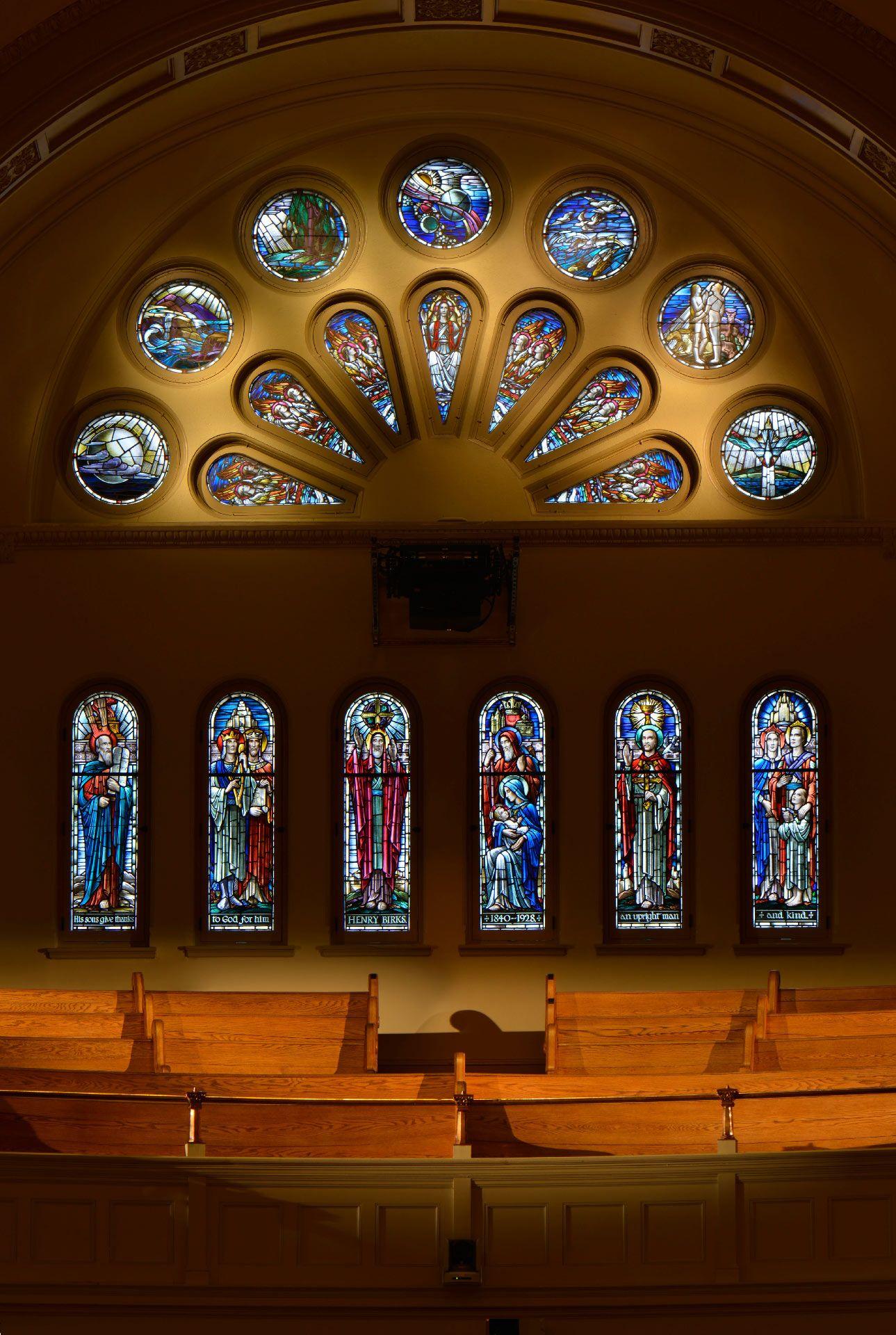 Rosace et six vitraux de Peter Haworth, retrouvés au balcon de la salle Bourgie