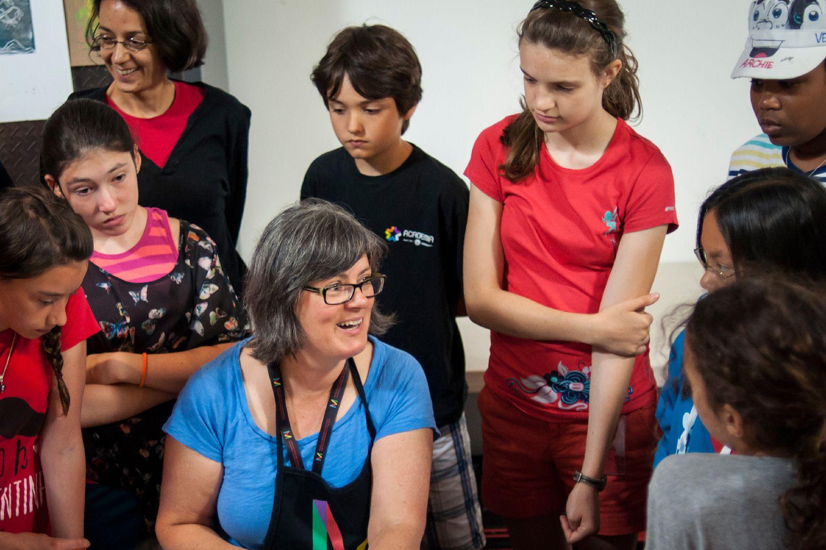 adolescents et monitrice du camp de jour du Musée des beaux-arts de Montréal. Photo Caroline Hayeur (Collectifs stock photo)
