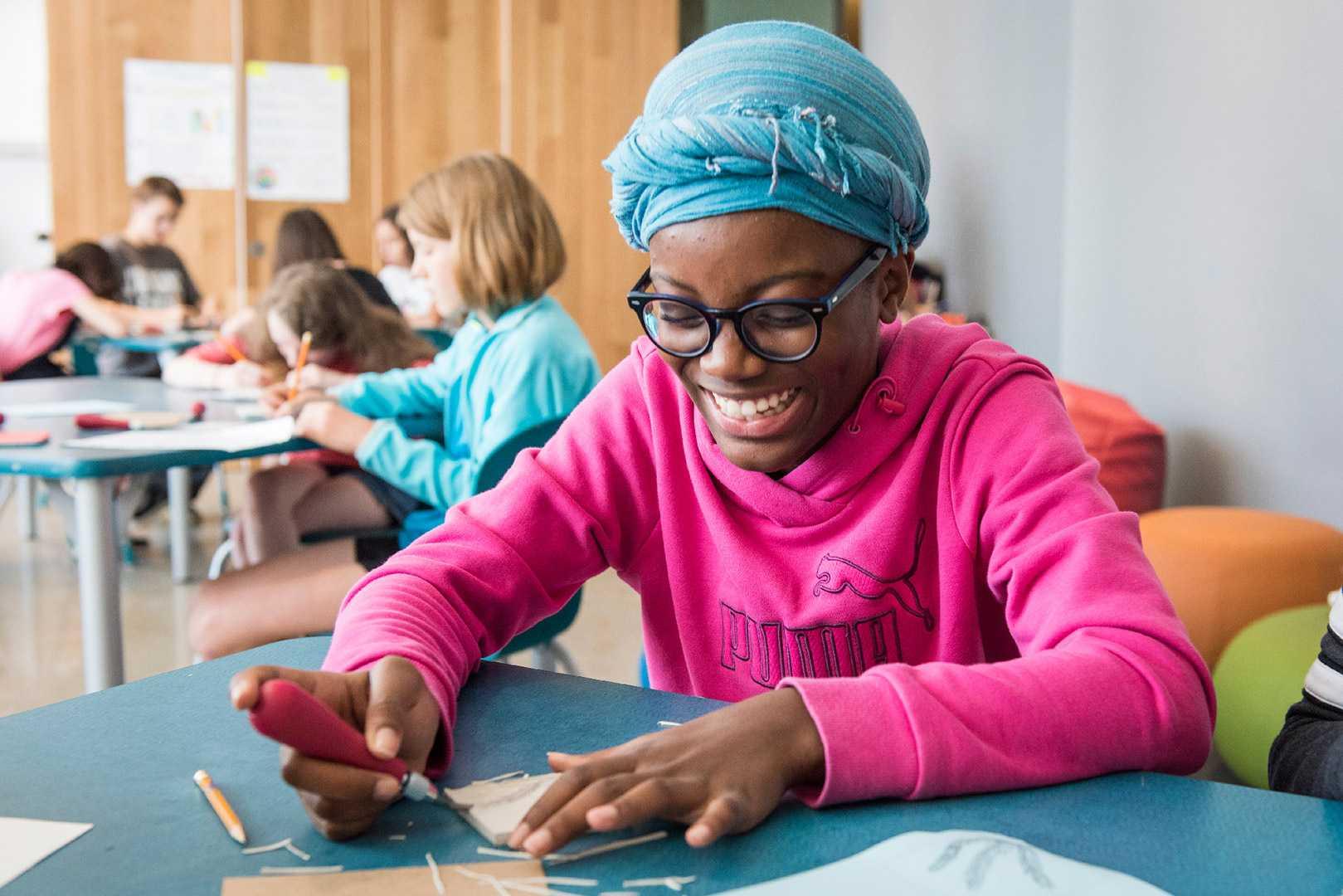 jeune fille participant au camp de jour du Musée des beaux-arts de Montréal. Photo Caroline Hayeur (Collectifs stock photo)