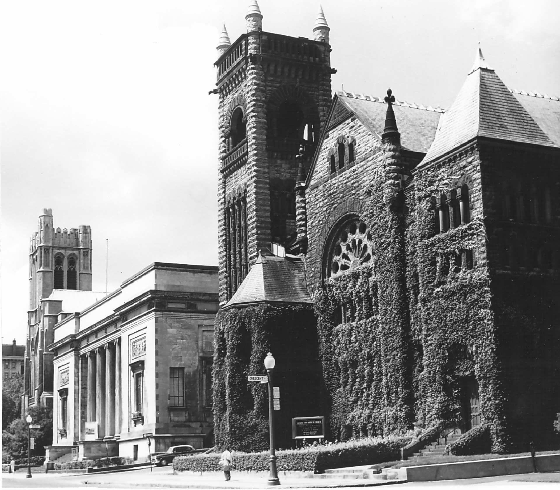 Photo en noir et blanc de l'extérieur de l'église Erskine and American