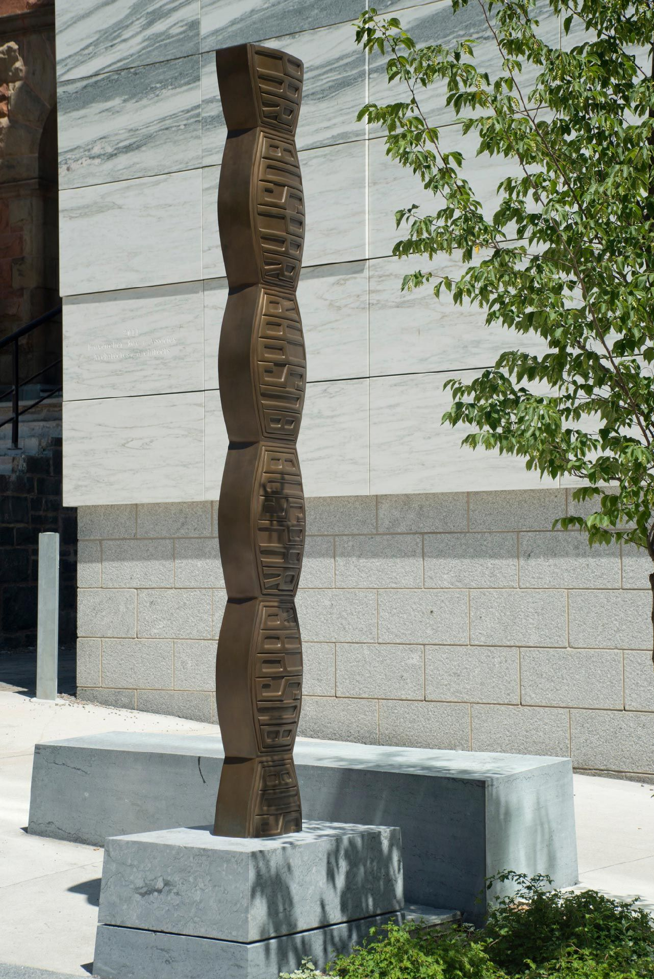 Colleen Wolstenholme, BuSpar Column, 2001, bronze. Inverness Foundry, Quebec. MMFA, gift of Andrew Danyliw