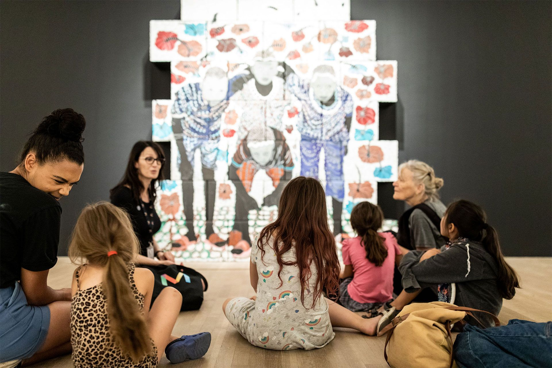 A group of children listen to a mediator in front of a work. Photo © Mikaël Theimer (MKL)