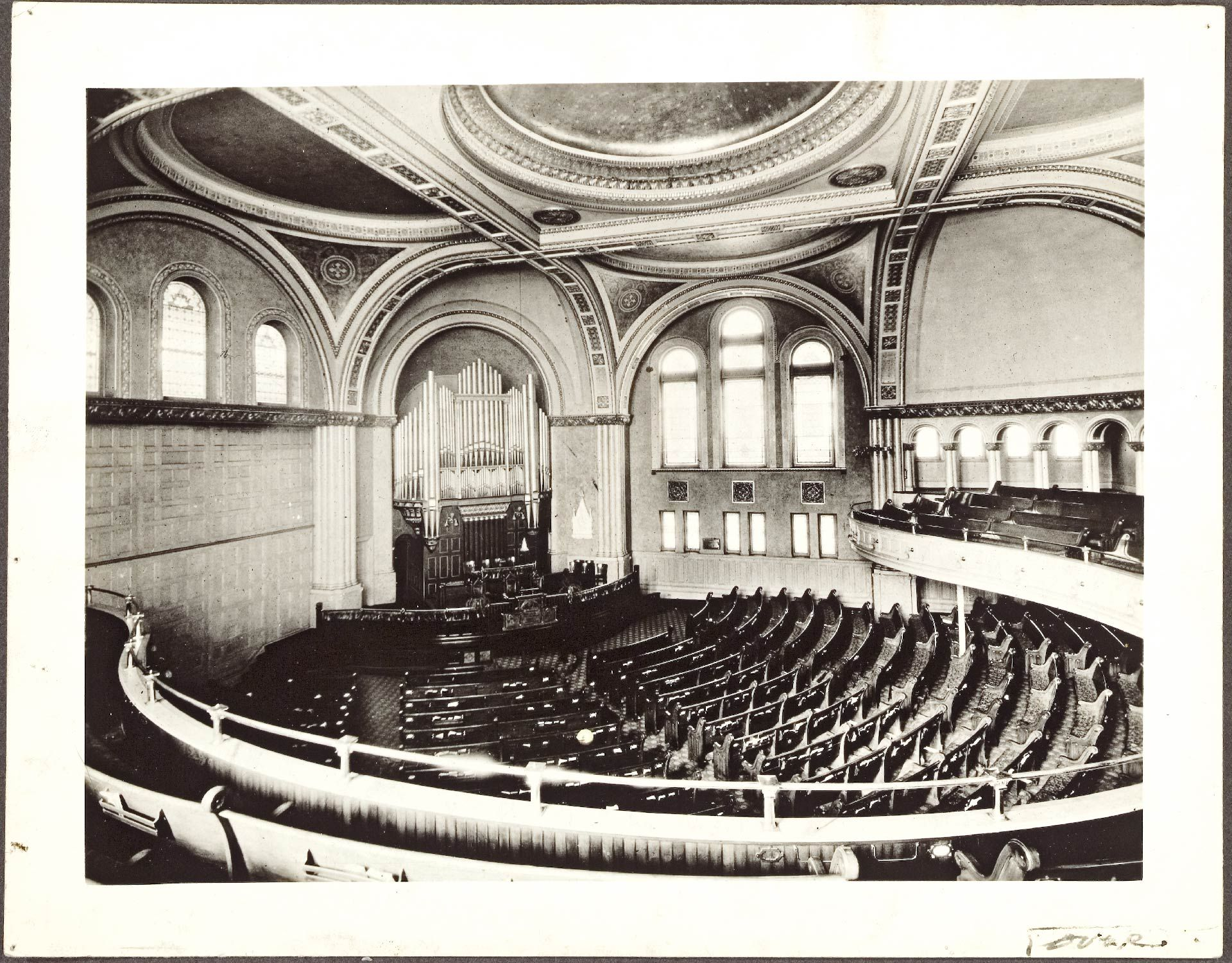 Photo en noir et blanc de l'intérieur de l'église Erskine and American, datée de 1938
