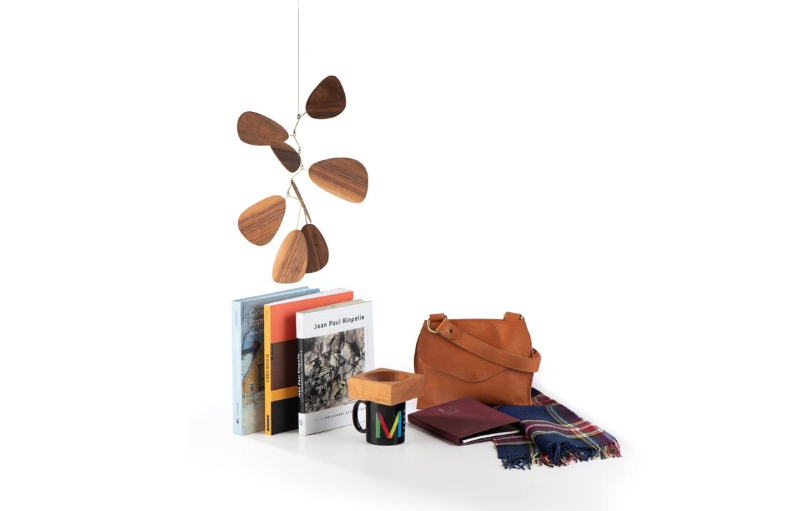 Une sélection de produits vendus à la Boutique-Librairie du MBAM