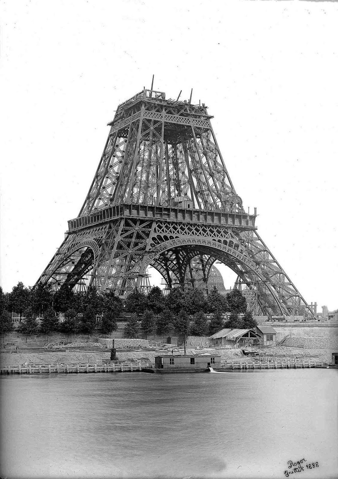 La tour Eiffel sous construction