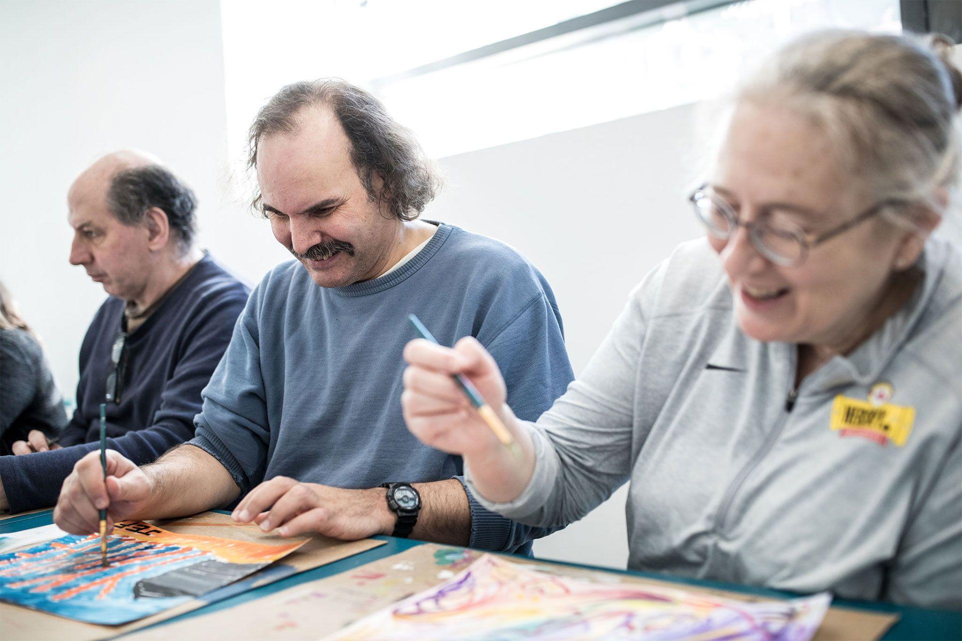 Un groupe d'adultes font de la peinture. Photo © Mikaël Theimer (MKL)