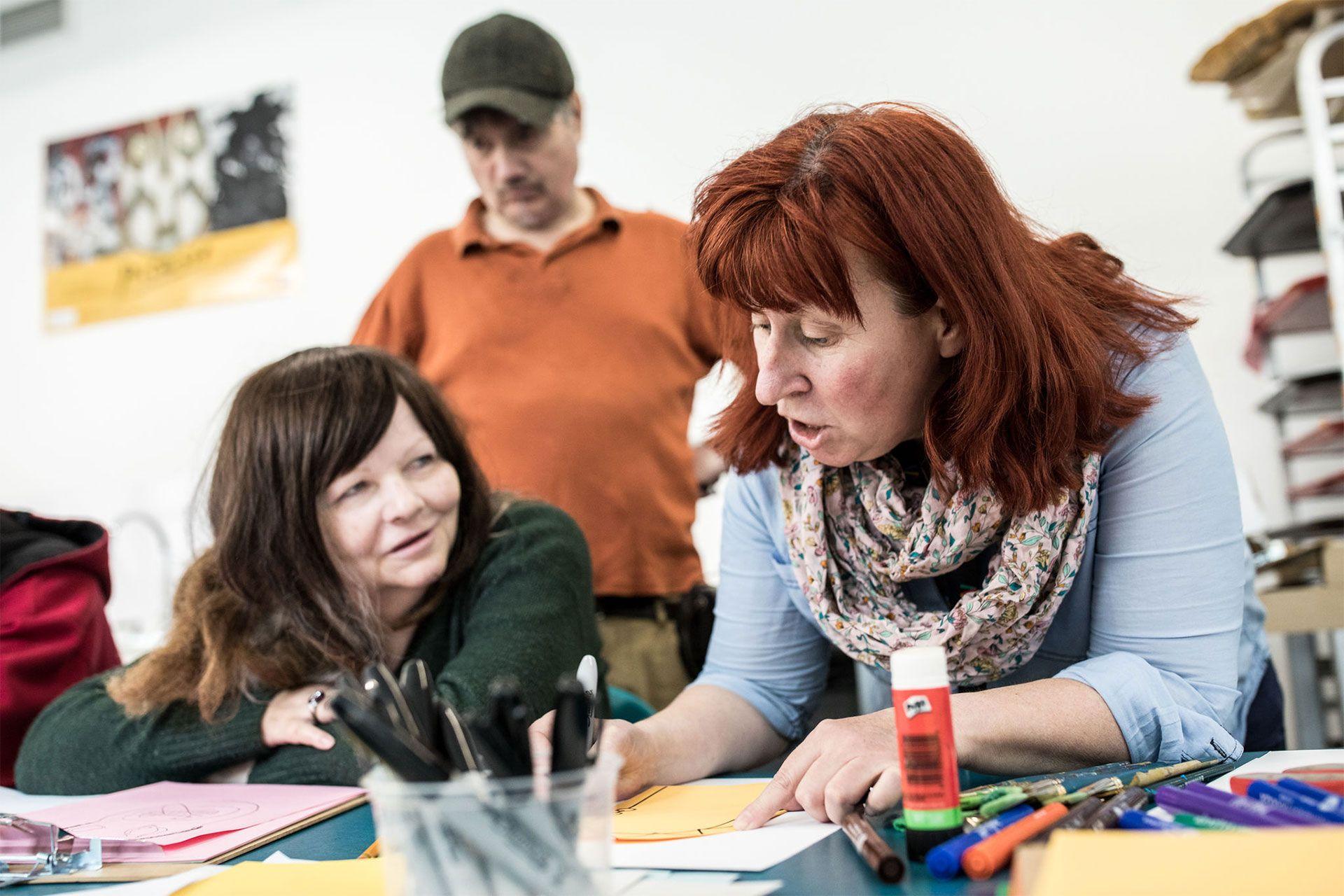 Une médiatrice du Musée aide une femme à dessiner. Photo © Mikaël Theimer (MKL)