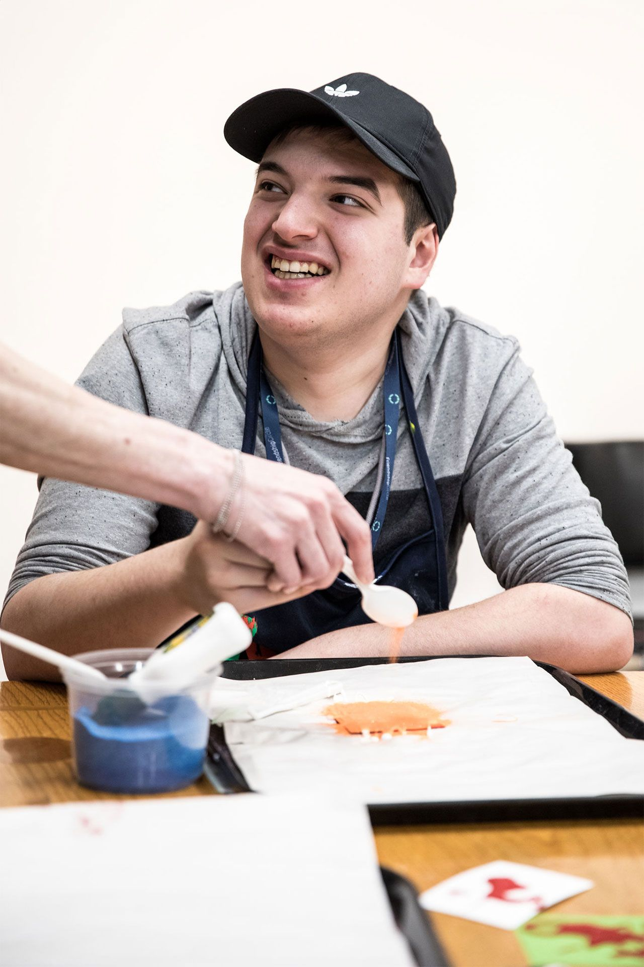 Un jeune adolescent crée une oeuvre avec un pochoir. Photo © Mikaël Theimer (MKL)
