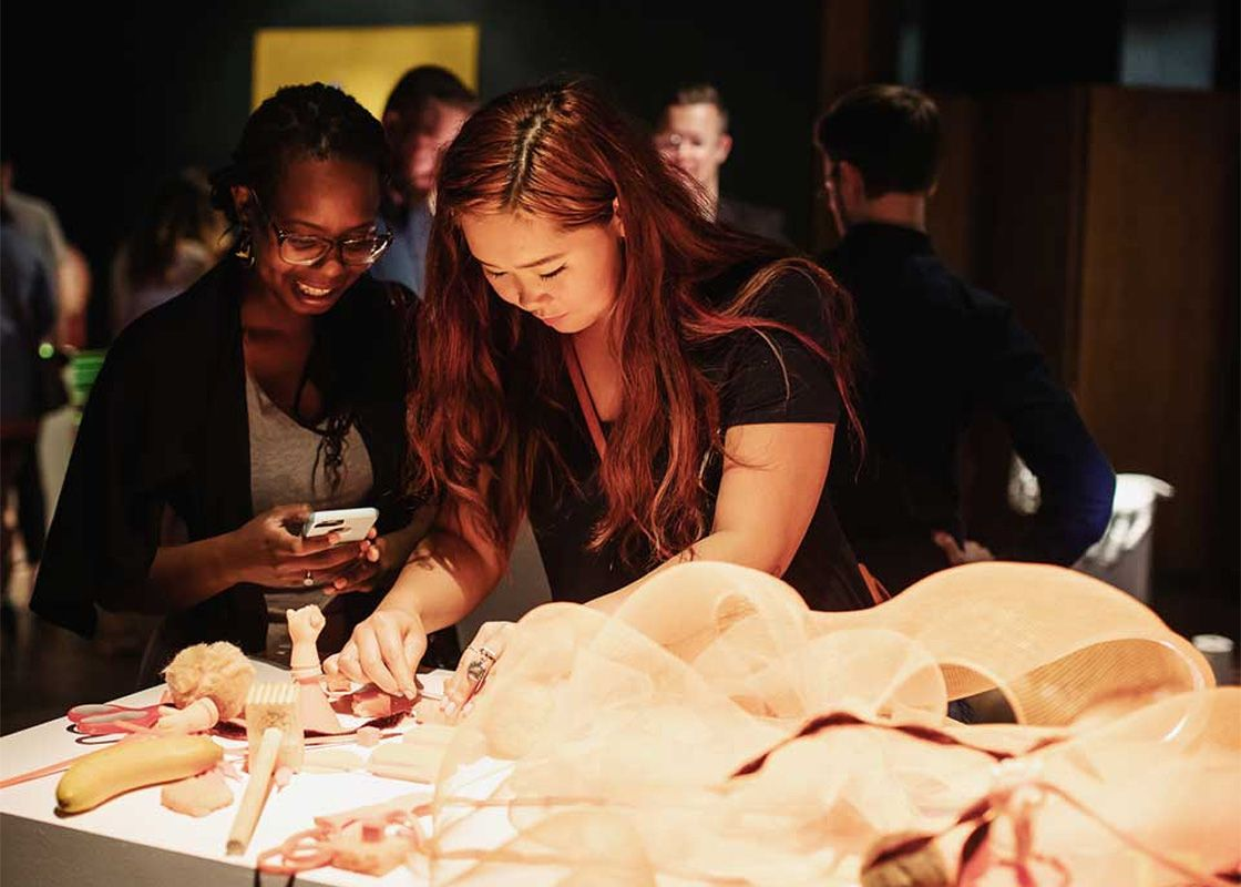 jeunes femmes au cours d'une activité d'entreprise au Musée des beaux-arts de Montréal