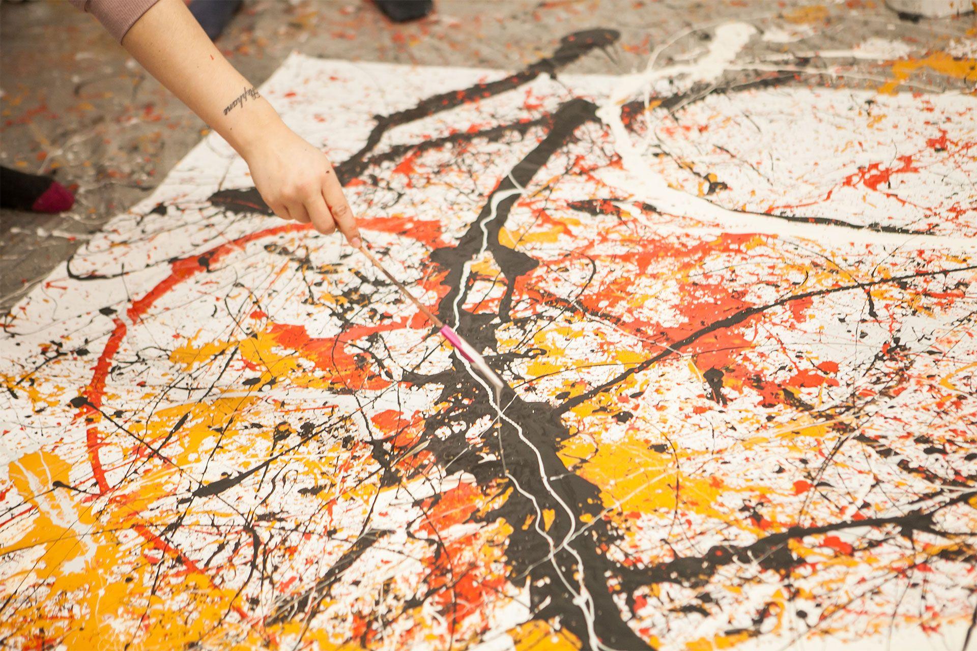 Gros plan sur la création d'une peinture.