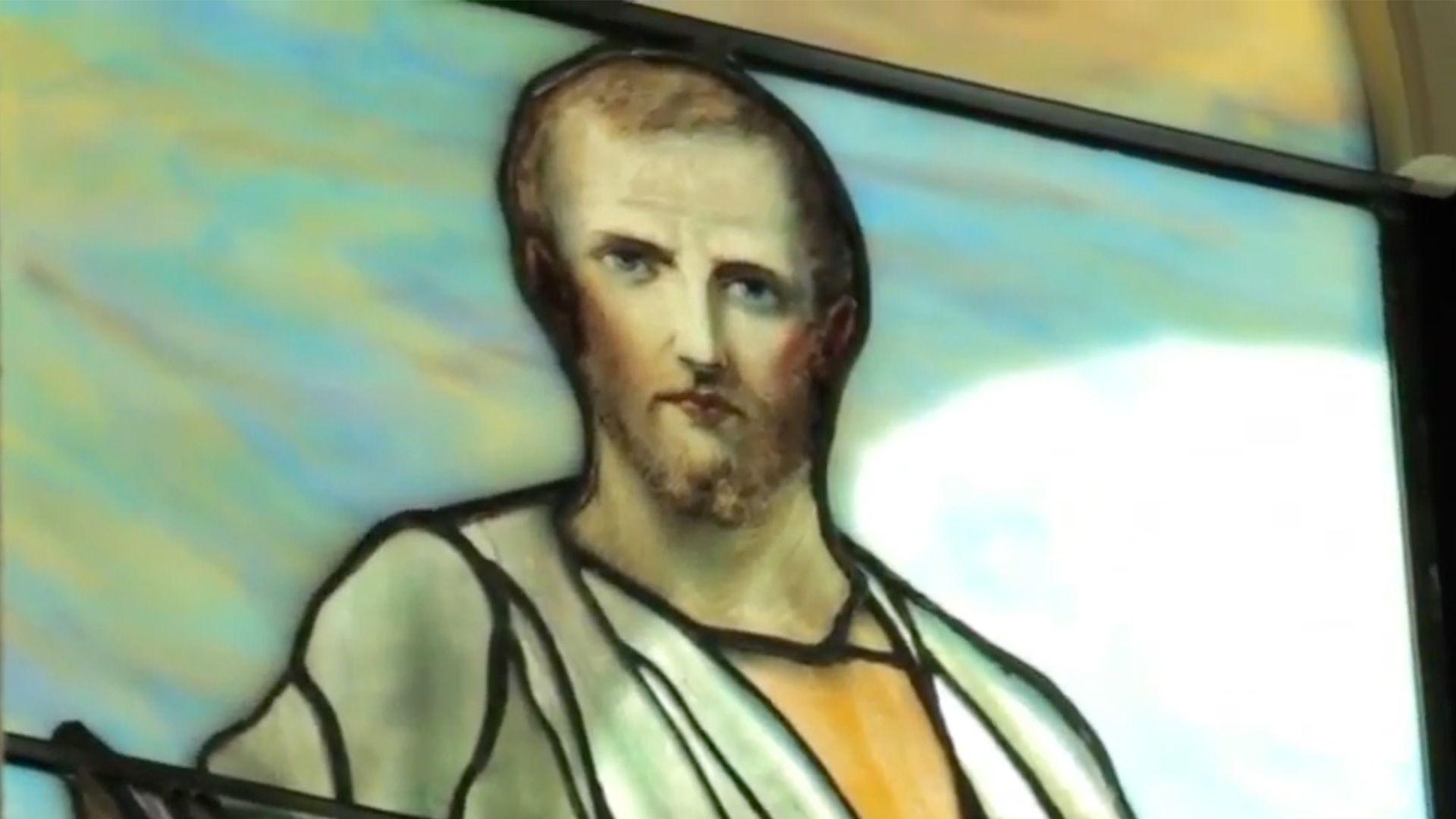 capture vidéo du vidéo du MBAM sur l'installation des vitraux Tiffany dans la Salle Bourgie