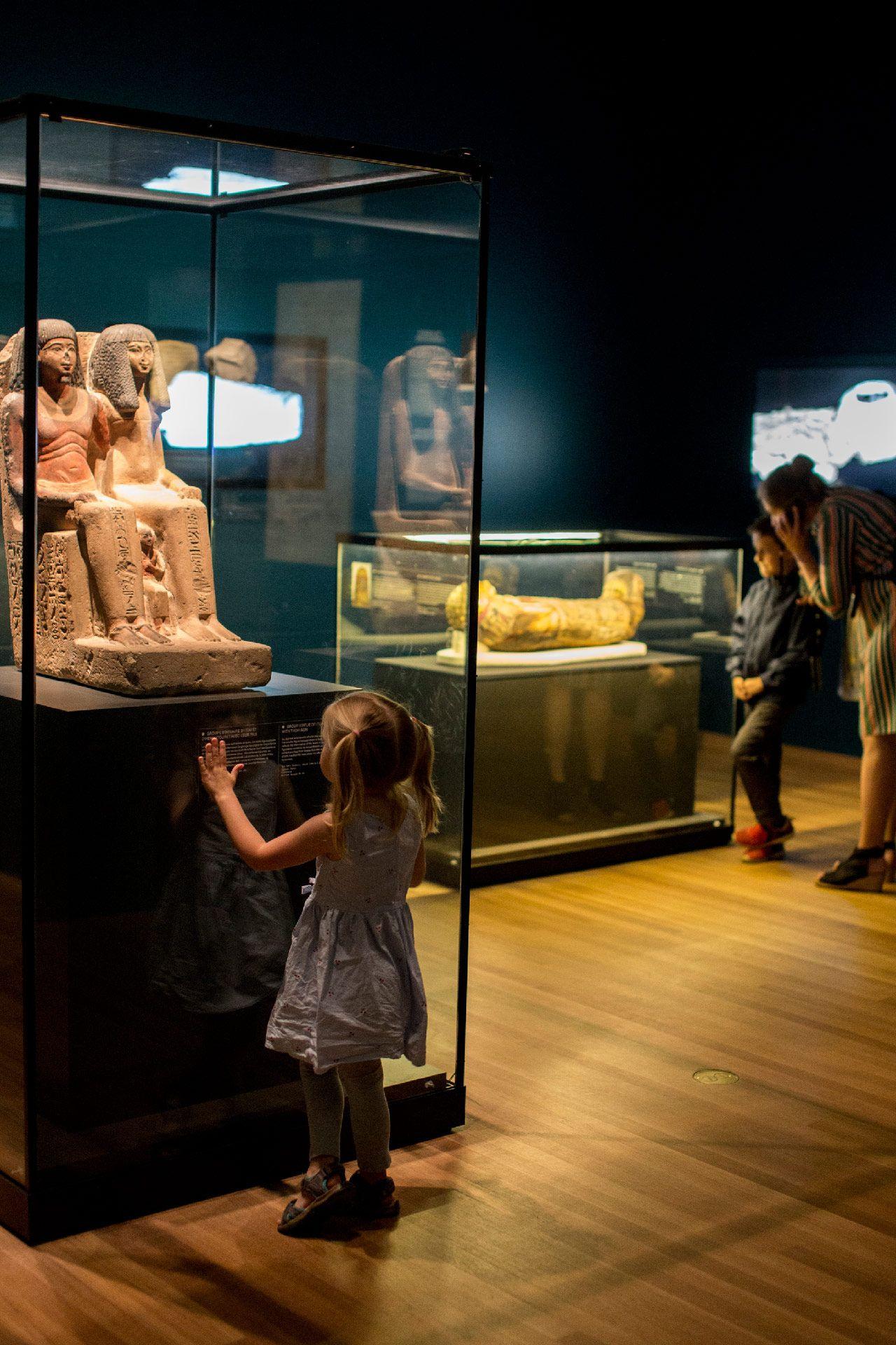 familles à l'exposition Momies égyptiennes : passé retrouvé, mystères dévoilés. Photo © Sébastien Roy