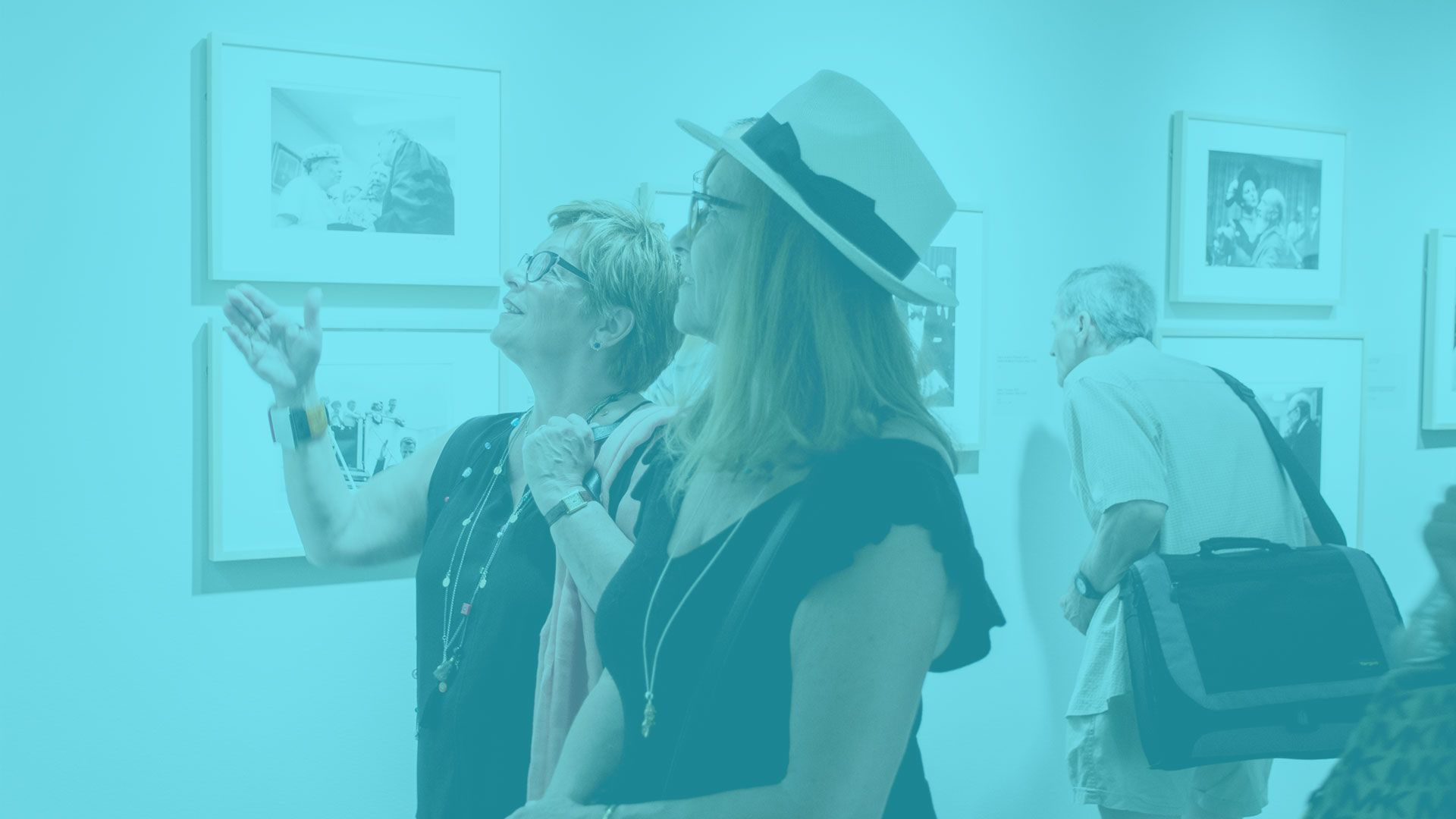 Deux femmes regardent des photos d'une exposition.