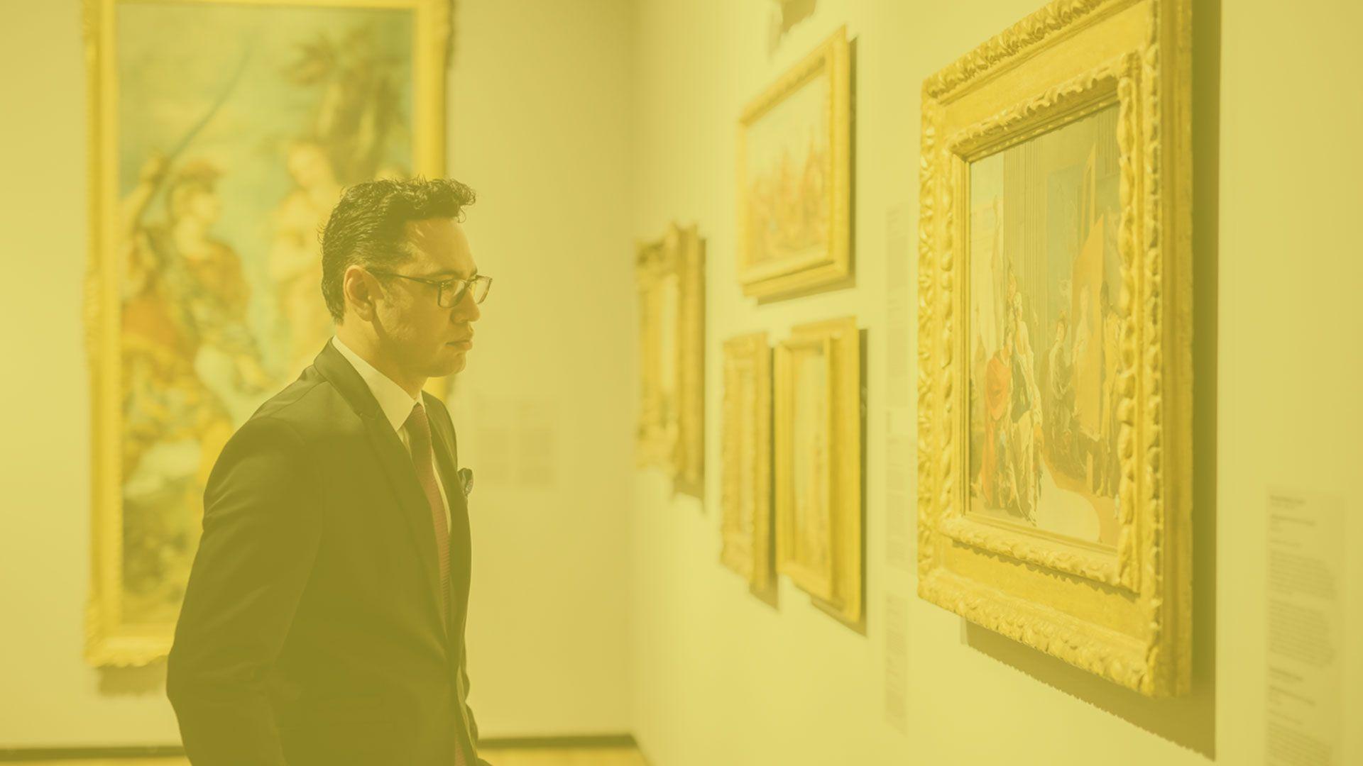 Un homme seul regarde un tableau.