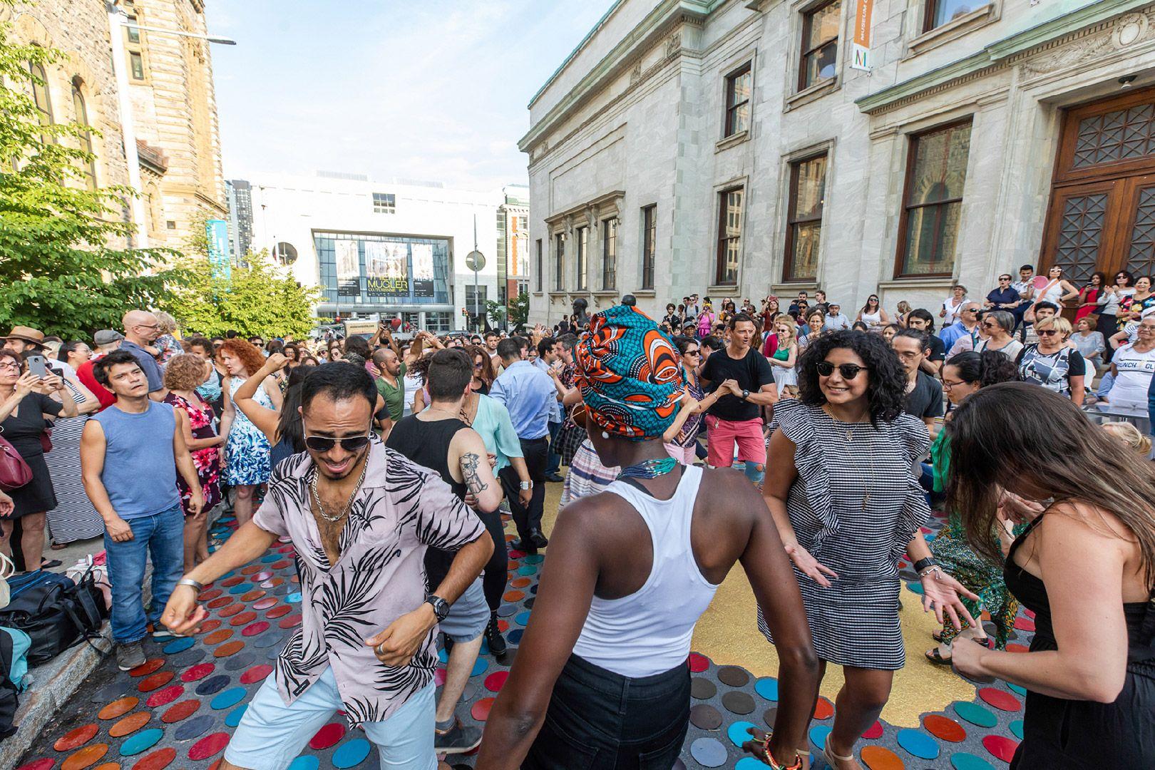 gens dansant pendant 5 à 9 animé sur l'avenue du Musée